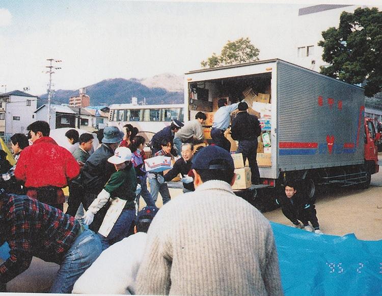 被災地支援ボランティアを行う社員が写った写真